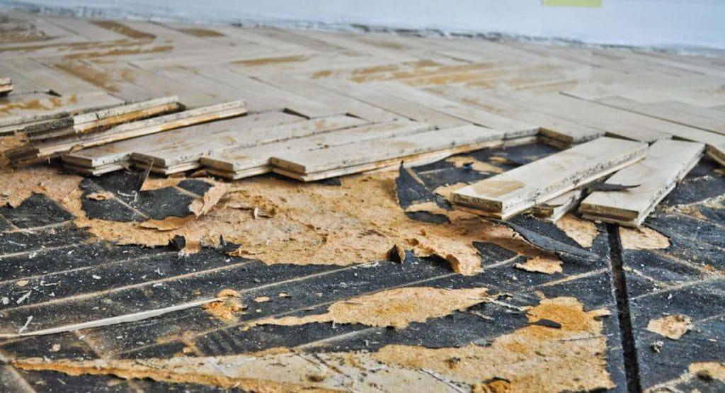 Oude houten vloer vervangen door beton ▷ vloerrenovatie en isolatie